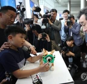 초등학생 발명품 구경하는 이낙연 총리