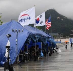 [서울포토] '광화문광장 기습 설치' 우리공화당 천막