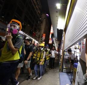 시위대 몰려오자 문 닫는 상점
