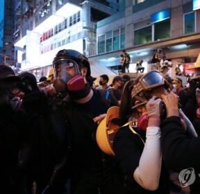 최루탄 진압 대비하는 시위대