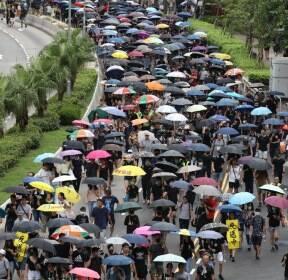행진하는 홍콩 시민들
