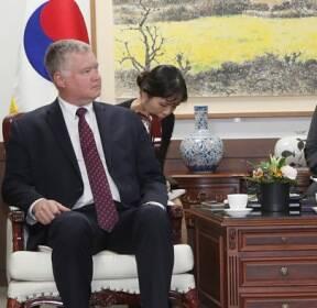 [현장연결] 비건-김연철 통일장관 면담..北문제 논의