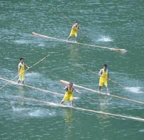600년 전 목재 나르던 전통이 놀이로, 중국 '대나무 드리프팅'