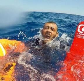 [Behind&] 배에서 바다로 뛰어든 난민들, 이탈리아 검찰 입항 허가에 한숨 돌려
