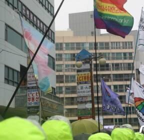 """""""해운대를 무지개로 물들이자"""" 부산서 성소수자 집회..맞불집회도"""