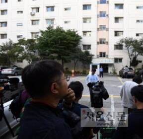 [서울포토] 조국 법무부 장관 자택에서 대기하고 있는 취재진들
