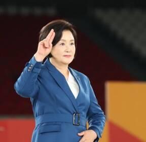 [청계천 옆 사진관]김정숙 여사 수어(手語)로 격려사