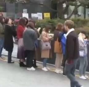 BTS 팝업스토어 오픈 첫 날부터..'다국적 아미' 장사진