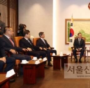 [서울포토] 국회 의장 접견실에서