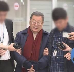 """'성폭행 혐의' 김준기 전 회장 공항서 체포..""""혐의 인정 안 해"""""""