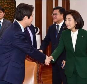 <포토>악수하는 이인영-나경원