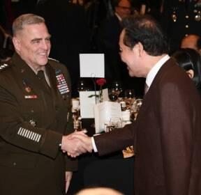이 총리·미 합참의장, '한·미동맹 만찬'서 악수 [포토뉴스]