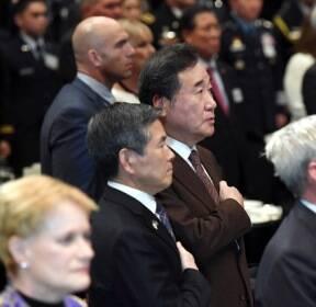 한미동맹만찬 국민의례하는 이낙연 총리