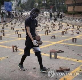 벽돌 바리케이드 설치하는 홍콩 시위대