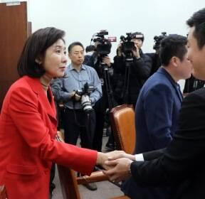 탈북청년들 손잡는 나경원 원내대표