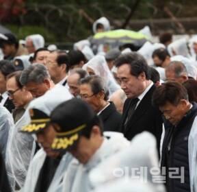 [포토]제80회 순국선열의 날 기념식, '묵념하는 이낙연 총리'