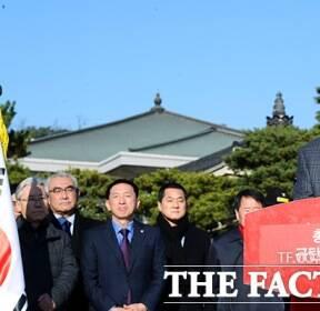 [TF포토] 황교안, '무기한 단식에 앞서 대국민 호소문 발표'