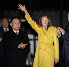 웜비어 외치는 시민들 향해 손 흔드는 오토 웜비어 유가족
