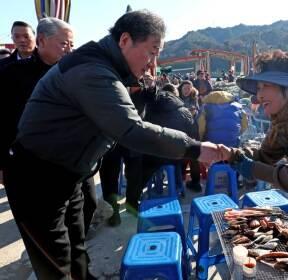 신남마을 상인들과 인사하는 이낙연 총리