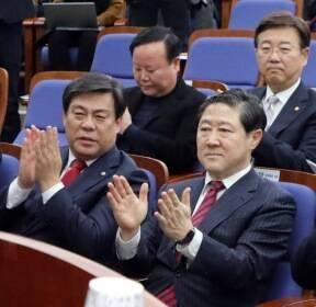 나경원 발언에 박수치는 한국당 원내대표 후보자들
