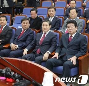 나경원 인사말 듣는 한국당 원내대표 후보자들