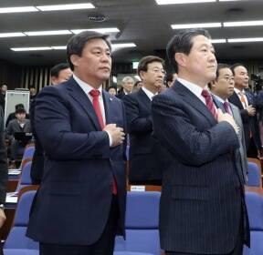 국민의례하는 한국당 원내대표 후보들