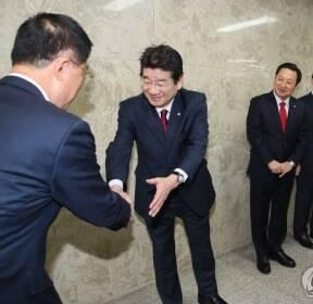 인사하는 한국당 원내대표 후보자들
