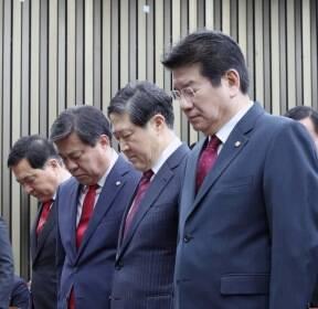 묵념하는 한국당 원내대표 후보자들