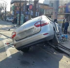 제천 교차로서 승용차가 택시·가로등 잇따라 들이받아..5명 부상