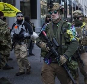 [서소문사진관] 방탄조끼에 중무장한 美 버지니아 총기시위.. 경찰도 긴장해