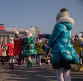 [서소문사진관]김일성광장에서 줄넘기하고, 연 날리고..北 음력설 모습