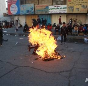보안군과 대치한 이라크 시위대