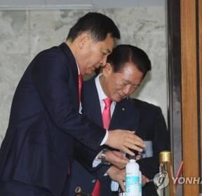 코로나19회의 손소독하는 심재철, 김한표