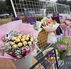 [카메라뉴스] 졸업식 대표 선물 '꽃다발'의 쓸쓸한 기다림