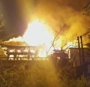 부산 목조사찰 화재..스님 2명 대피, 2개 동 불타(종합)