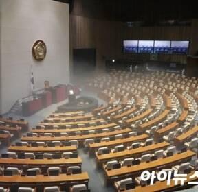 [포토]문 닫은 국회, 코로나 19 방역