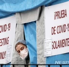 코로나19 진료소 바깥 살피는 뉴욕 의료인