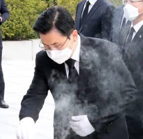 [포토]현충탑 분향하는 황교안 미래통합당 대표