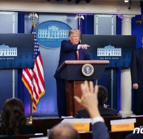 코로나19 브리핑서 질문받는 트럼프