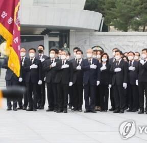 국민의례하는 미래통합당 선대위