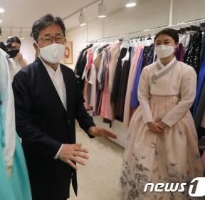코로나19 피해 입은 한복업계 현장방문한 박양우 장관