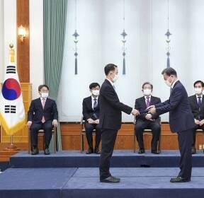 김사열 국가균형발전위원장 위촉장 수여하는 문재인 대통령