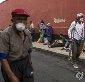 코로나19 검사받으려 줄 선 페루 노숙인들