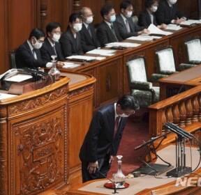마스크 쓰고 인사하는 아베 총리