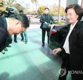 박찬호 제주지검장과 인사하는 추미애 장관