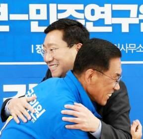 포옹하는 민주당 김주영·양정철
