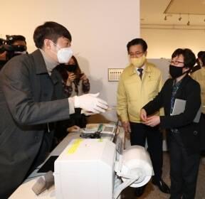 진영 장관, 사전투표소 점검