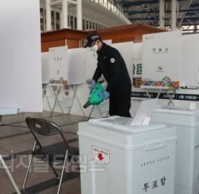 [포토] 21대 총선 사전투표 하루 앞두고 철저 방역