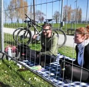 국경에 설치된 철조망..코로나19에 연인들 '생이별'