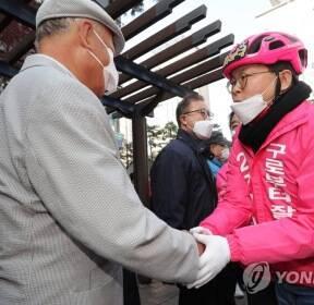 시민들과 인사하는 미래통합당 구로갑 김재식 후보